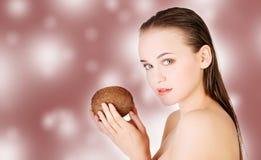Donna della stazione termale con la noce di cocco Immagini Stock
