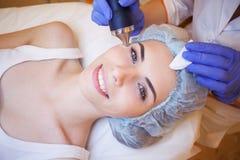 Donna della stazione termale di cosmetologia che fa le procedure sul fronte immagini stock libere da diritti
