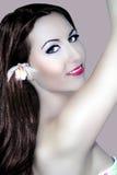 Donna della stazione termale di estate con il fiore esotico in vestito di nuoto Immagine Stock Libera da Diritti