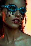 Donna della testarossa che indossa swimwear luminoso immagine stock