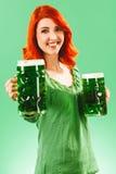 Donna della testarossa con due birre verdi enormi Fotografie Stock Libere da Diritti