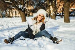 Donna della testarossa nell'inverno all'aperto fotografie stock