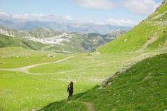 Donna della viandante che cammina sul sentiero forestale nelle alpi dei les, Francia. Fotografie Stock Libere da Diritti