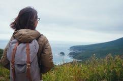 Donna della viandante che esamina distanza all'isola Fotografia Stock Libera da Diritti