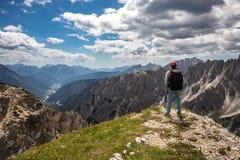 Donna della viandante che sta su raggiungente le alpi superiori delle dolomia Immagine Stock Libera da Diritti