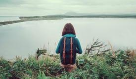 Donna della viandante che sta sulla collina e sul godere della vista del lago Immagini Stock Libere da Diritti