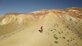 Donna della viandante che usando facendo un'escursione i bastoni per scalare la collina Vista aerea della montagna Le belle monta stock footage