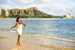 Donna delle Hawai divertendosi sulla spiaggia di Waikiki, Honolulu Immagini Stock