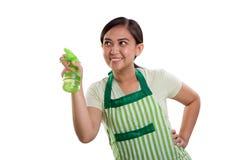 Donna delle pulizie che spruzza in cima Immagini Stock Libere da Diritti