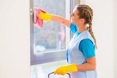 Donna delle pulizie con il panno Fotografia Stock Libera da Diritti