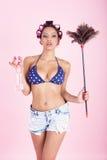 Donna delle pulizie nel rosa Fotografia Stock Libera da Diritti