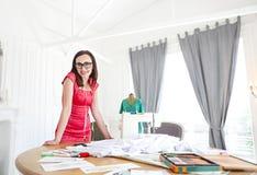 Donna dello stilista che lavora alle sue progettazioni fotografia stock