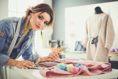 Donna dello stilista che lavora alle sue progettazioni nello studio Immagini Stock Libere da Diritti