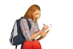 Donna dello studente che cattura le note Fotografie Stock Libere da Diritti