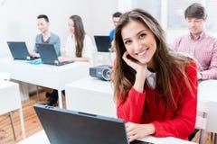 Donna dello studente che lavora al PC del computer portatile in istituto universitario Fotografie Stock