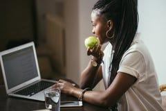 Donna dello studente che lavora con il computer portatile Fotografie Stock Libere da Diritti