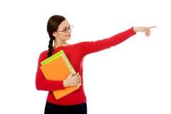 Donna dello studente che mostra copyspace o qualcosa Fotografie Stock Libere da Diritti