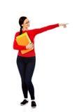 Donna dello studente che mostra copyspace o qualcosa Fotografia Stock