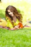 Donna dello studente con il libro. Formazione dell'università. Fotografia Stock