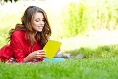 Donna dello studente con il libro. Formazione dell'università. Fotografia Stock Libera da Diritti