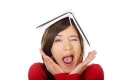 Donna dello studente con la sua nota sulla testa Immagini Stock Libere da Diritti