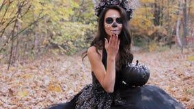 Donna dello zombie con la zucca stock footage