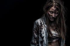 Donna dello zombie, fondo di orrore per il concetto di Halloween e copertina di libro Copi lo spazio fotografia stock