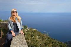 Donna dentro delle montagne Fotografie Stock Libere da Diritti