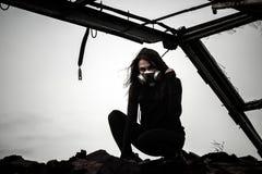 Donna dentro la struttura arrugginita fotografie stock libere da diritti