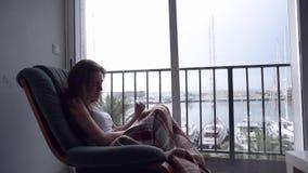Donna depressa che grida dalla finestra stock footage