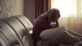 Donna depressa a letto ragazza che grida sullo strato montagna acuta stock footage