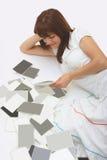Donna di Ð con le foto in bianco Immagine Stock Libera da Diritti