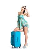 Donna di ?asual che sta con la valigia di viaggio Immagini Stock