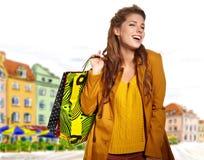 donna di acquisto ad un viale di tiraggio fotografie stock libere da diritti