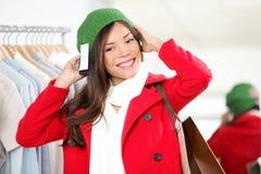 Donna di acquisto alla memoria che prova su un cappello Immagini Stock Libere da Diritti