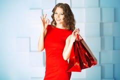 Donna di acquisto con le borse rosse, presente in centro commerciale Centro commerciale Immagine Stock