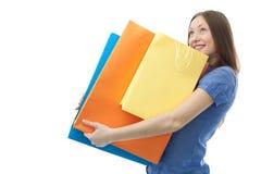 Donna di acquisto di bellezza con i sacchetti clored fotografie stock libere da diritti