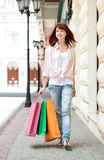 Donna di acquisto in viale immagine stock libera da diritti