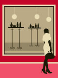 Donna di acquisto vicino alla vetrina del negozio. Fotografia Stock