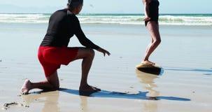Donna di addestramento dell'uomo senior sulla spiaggia stock footage