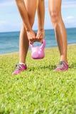 Donna di addestramento di forma fisica di Kettlebell Immagini Stock Libere da Diritti