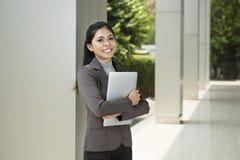 Donna di affari abbastanza asiatica con il computer portatile Immagini Stock Libere da Diritti
