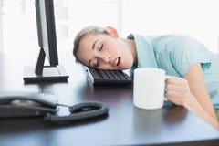 Donna di affari abbastanza di classe che si siede sul suo sonno della poltrona girevole Fotografia Stock Libera da Diritti