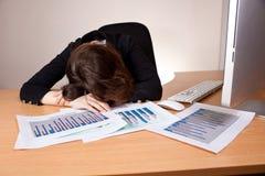 Donna di affari addormentata con il rapporto finanziario Immagine Stock Libera da Diritti