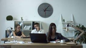 Donna di affari affascinante che lavora al computer portatile in ufficio stock footage