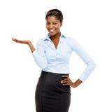 Donna di affari afroamericana che mostra lo spazio vuoto della copia  Fotografie Stock Libere da Diritti