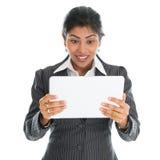 Donna di affari afroamericana che per mezzo del pc della compressa Fotografie Stock Libere da Diritti