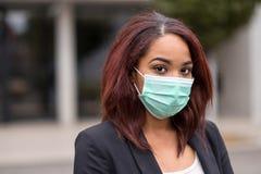 Donna di affari afroamericana Wearing Health Mask Immagini Stock