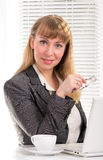 Donna di affari al suo scrittorio Fotografia Stock Libera da Diritti