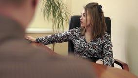 Donna di affari al suo ufficio con un impiegato archivi video
